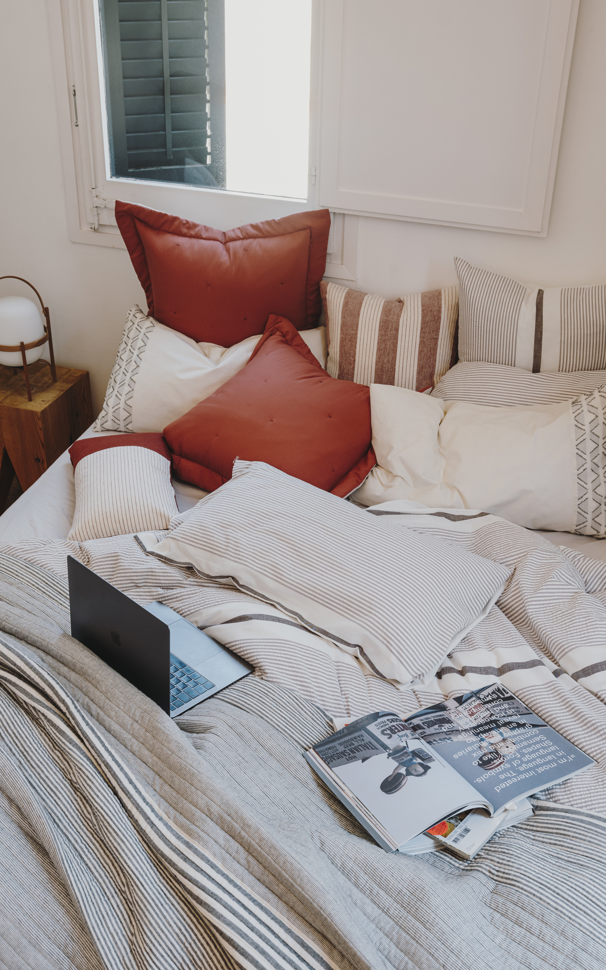 Bed with a textura bedsheets and pillows