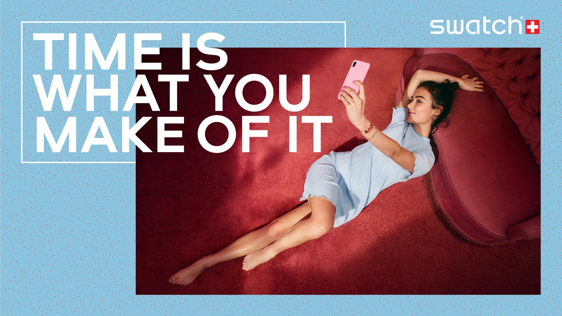 Girl in a sofa taking a selfie
